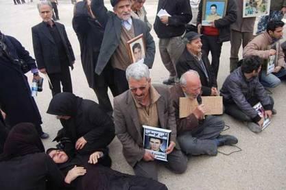 تجمع اعتراضی خانواده های اسرای اشرف در مقابل درب ورودی پادگان اشرف